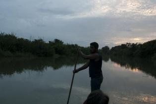 Hernán recorre con su lancha el río La Pasión. El pescador lleva semanas sin pescar, de esa actividad es de la que obtiene el sustento diario para él y su familia.