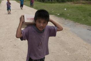 La contaminación del río La Pasión ha devastado la vida de 14 mil ribereños dependen de la ayuda humanitaria para conseguir agua y alimento. Dos bolsas de agua y una caja con paquetes de incaparina fue lo que otorgó el Estado a cada familia.
