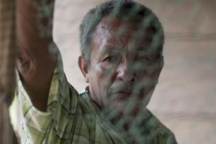 Eduardo Caal, pescador de la aldea El Chorro, no sabe qué hacer porque la pesca está prohíbida en todo el río La Pasión. Sus atarrayas están colgadas del techo de su casa, y no sabe cuándo las utilizará de nuevo.