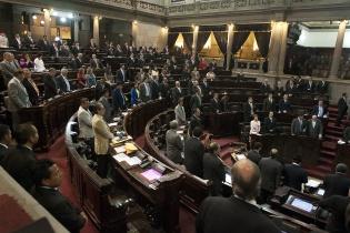 De pie, a petición del presidente del Congreso, Arístides Crespo, los diputados escuchan los resultados de las votaciones.