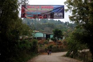 Una manta en la región de Santa María Xalapán anuncia el rechazo a la actividad minera.