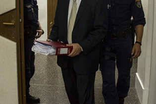 Javier Figueroa entrando a la corte del distrito de Ried im Innkreis, Austria, el día que declaró Óscar Berger, el 18 de septiembre de este año. Fotografía de Rodrigo Baires Quezada.