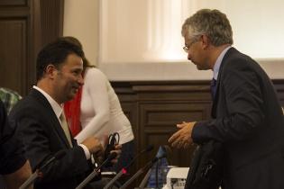 Javier Figueroa conversa con su abogado defensor, en la corte, el 18 de septiembre de este año. Fotografía de Rodrigo Baires Quezada.