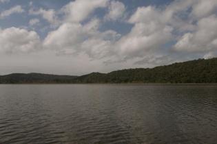 La laguna de Yaxhá. Al fondo la finca.