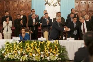 Momento en que Iván Velásquez termina su discurso, luego de que el presidente Otto Pérez Molina anunciara prorroga de dos años más para la CICIG.