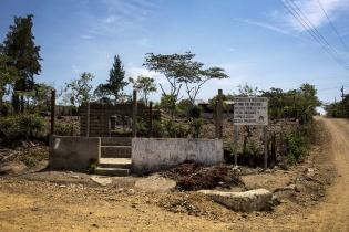 Un cartel en la entrada de la aldea Las Agujitas declara la posición política dominante en el área de Jalapa, bastión de Codeca.
