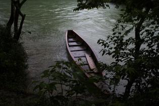 Una lancha amarrada a la orilla del rio, bajo la lluvia, en Rocjá Pomtilá, Alta Verapaz