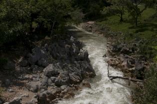El proyecto de producción de energía hidráulica es desarrollado por la empresa Promoción y Desarrollos Hídricos, S.A. (PDHSA), a las orillas del río Ixquisis.