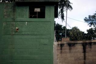 Las paredes de La Ciudad de los Niños están protegidas por alambre espigado. Una persona que trabaja en ese sitio dijo que eso no impedía que los niños saltaran por ahí.