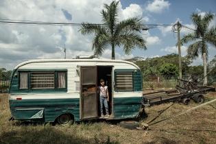 Una niña en su casa rodante parqueada en Tecún Umán.