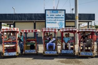 Tricicleros de Pedro Alvarado, Jutiapa, esperan pasajeros en la frontera.