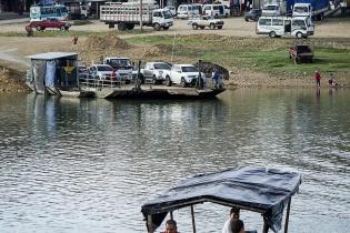Gente cruza a diario de un lado al otro del río La Pasión en Sayaxché, Petén.