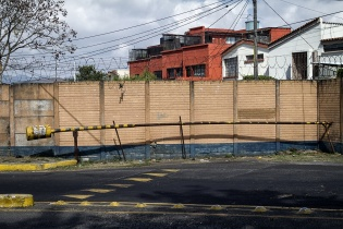 Talanquera contra un muro, Colonia Bran, zona 3, Ciudad de Guatemala