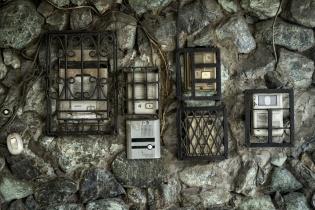 Timbres enjaulados en un edificio de la zona 1, Ciudad de Guatemala