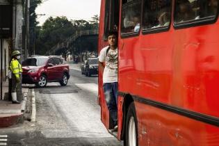 Autobús a rebosar en hora punta de la tarde en la Calle Martí, ciudad de Guatemala, Guatemala.