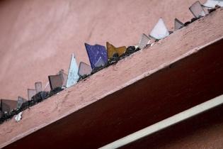 Vidrios cortados en lo alto del muro de una vivienda, zona 1, Ciudad de Guatemala