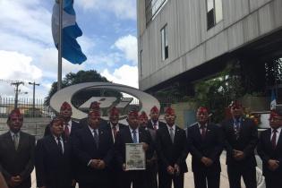 Quilo Ayuso, junto a los directivo de Avemilgua, tras recibir el reconocimiento.