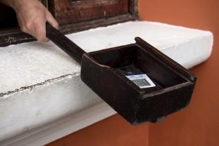 Identificación a la entrada de una garita, en una colonia de Antigua Guatemala