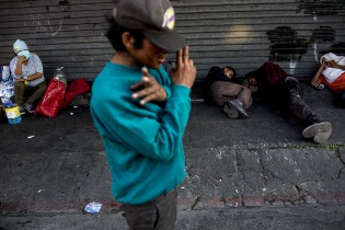 Frente a la entrada del hospital San Juan de Dios, la habitual congregación nocturna de indigentes adelantó la cita a la hora del toque de queda. Simone Dalmasso