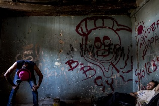 Los dos payasos Canchirulín y Lanchirulín estrenan su número cómico en una estructura abandonada en la que solían pasar la noche. Simone Dalmasso