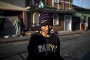 Carlos Rodríguez, 20, originario de Santa Ana, El Salvador, posa frente a la entrada del hospital San Juan de Dios, donde suele pasar las noches. Simone Dalmasso