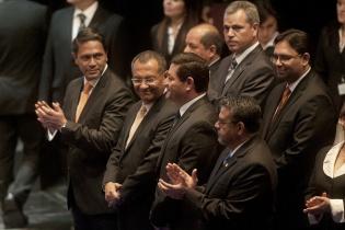Miembros de la nueva junta directiva del Congreso de la República, aplauden a Arístides Crespo, del Partido Patriota, recién juramentado como presidente del parlamento.