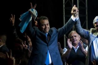 Jimmy Morales celebró el triunfo junto a sus seguidores luego de saberse ganador de la primera vuelta electoral.