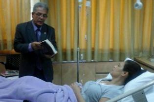 El juez Miguel Ángel Gálvez le lee el motivo de su detención a la ex vicepresidenta de Guatemala. Pese a internarse no pudo evitar que fuera llevada una prisión en el Cuartel Matamoros.