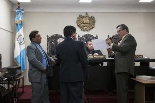 Palma Lau se puso de pie frente a los tres jueces del  Juzgado de Primera Instancia Penal, Narcoactividad y Delitos contra el Ambiente de Chimaltenango. Les dibuja y explica la organización de ORPA.