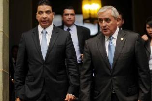 Erick Archila, ministro de Energía y Minas, junto al presidente Otto Pérez Molina. Archila otorgó la licencia de explotación pese a la resistencia de comunitarios.