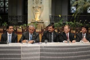 El presidente Otto Pérez Molina durante la firma del convenio con gobiernos municipales y los representantes de la minera San Rafael, que contempla el aporte del 5 por ciento de regalías.