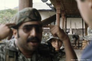 El teniente Romeo Sierra, comandante del destacamento ubicado en Finca La Perla, explicando el comunismo a periodistas extranjeros.