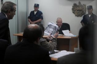 Durante su intervención, el capitán mostró copias de sus pruebas odontológicas.