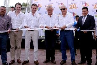 El presidente Otto Pérez Molina durante una actividad de la Fundación Tigo. Junto al mandatario están Acisclo Valladares Urruela, en ese entonces presidente de la Fundación Tigo y el magnate de las telecomunicaciones Mario López, el hombre más rico de Centroamérica.