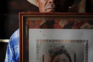 Mario Chen Rojas, entonces de 25 años, estaba en su casa cuando el ejército secuestró a su madre. Al escuchar los disparos, subió a un lugar elevado, desde donde pudo contemplar, impotente, la masacre y el plagio de su madre.