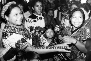 Rigoberta Menchú y Rosalina Tuyuc son saludadas en el marco de la conmemoración de los 500 años de resistencia indígena en 1992.