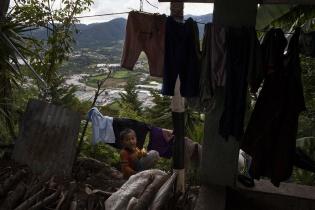 Las casas de los pobladores de la aldea La Cuchilla están asentadas en un cerro junto a la minera San Rafael