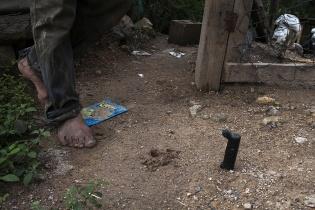 Don Augusto Villagrán, 52, hunde su machete en la grieta rellenada que atraviesa su casa
