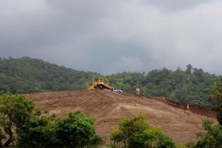 Un tractor escava para la explotación minera en San Rafael Las Flores.