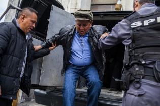 Francisco  Luís  Gordillo  Martínez,  ex  comandante  de  la  zona  militar  17  de Quetzaltenango, llega escoltado a la torre de tribunales el día de la resolución de la fase intermedia del juicio