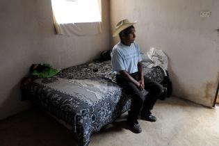 """¿Cómo es la vida aquí? """"Aburrida"""", contestó Aparicio Coronado, de 77 años. """"No hay árboles ni dónde caminar"""", añadió."""
