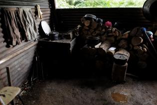 El agua de lluvia que recorre el barrio cae dentro de la casa que renta Carmen Barrios. Está ubicada en un barranco.