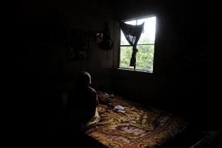 La vista de lo que crece a la orilla del barranco donde habita Carmen Barrios, de 70 años.