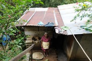 Carmen Barrios, de 70 años, paga 450 quetzales de renta por una casa que se ubica en un barranco. La paga una pensión mensual de 600 quetzales.