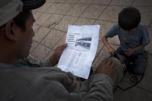 La fotocopia de una publicación de prensa fue fotocopiada y vendida por los lustrabotas en el parque central de Nebaj.