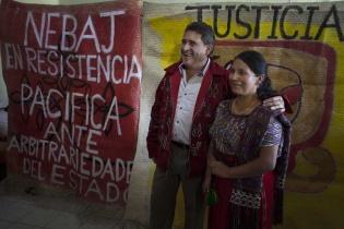 """Roberto Alejos, fundador del movimiento político """"Todos"""", abraza a María Rosa Pérez, Concejala Tercera, en el salón de reuniones del edificio municipal."""