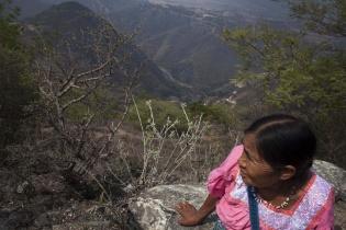 Olivia mira el largo viaje que todavía la separa del reencuentro con sus familiares. Abajo, el Río Negro separa el territorio de Uspantán del área perteneciente a San Andrés Salcabajá.