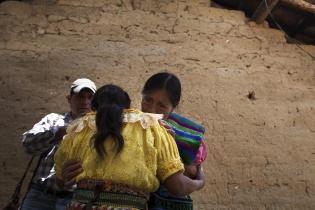 El primer abrazo es con Petrona, la más joven de las dos hermanas.