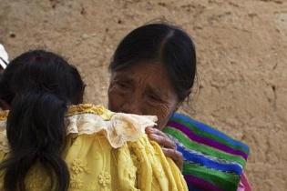 Olivia Quinilla abraza a su hermana Petrona, luego de 31 años de separación en Chicacaj, Quiché. (Fotografía de Simone Dalmasso)