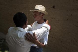 Apolinario recibe los abrazos de acogida de los familiares de su esposa.